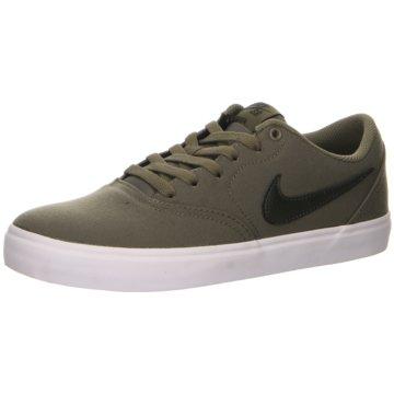 Nike Street Look oliv