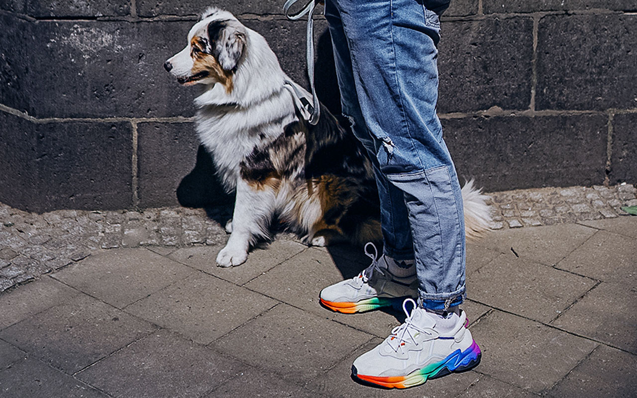 Weiße Sneaker mit bunter Regenbogen-Sohle, we love it. (Foto: lennart marlon)